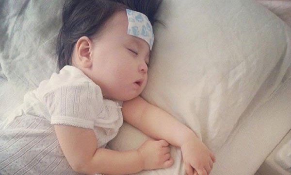 Nguyên nhân bé không chịu uống sữa khi ăn dặm có thể là do bé bị ốm