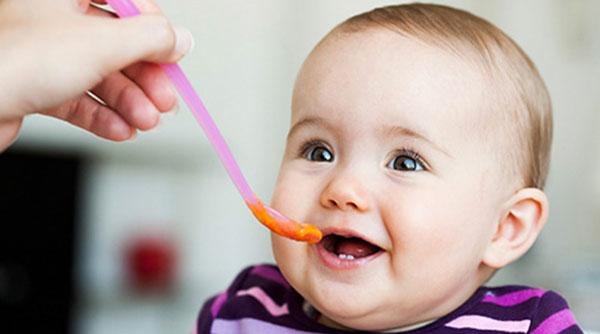 Bé 6 tháng tuổi ăn dặm như thế nào?