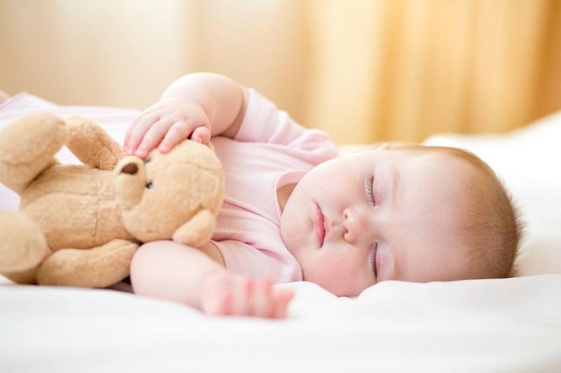 bé ngủ không sâu giấc