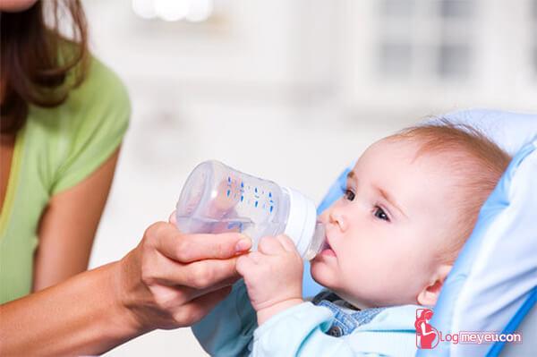 Do bé không được uống đủ nước mỗi ngày