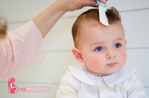 Không nên cắt tóc máu cho bé dưới 1 tuổi