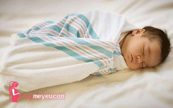 Quấn khăn cho bé quá chặt