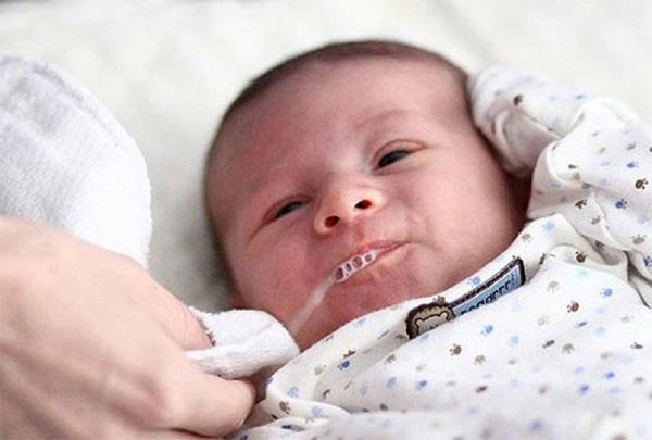 Có rất nhiều nguyên nhân khiến trẻ bị sạc sữa khi bú mẹ