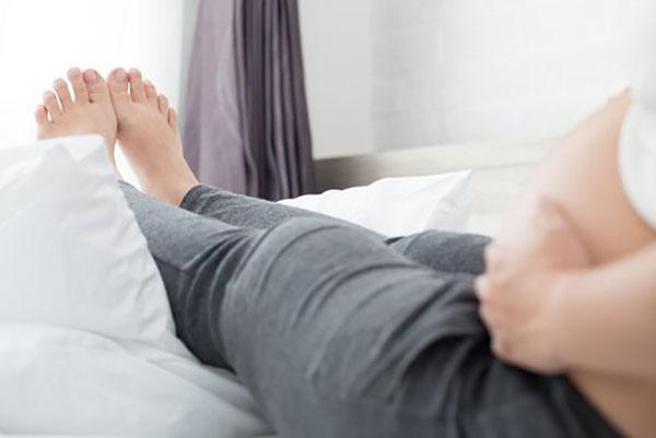 Khi ngủ hãy kê chân cao trên một chiếc gối.