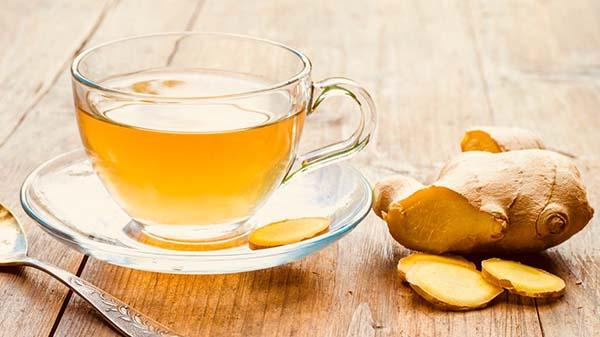 Ngậm gừng, ăn kẹo gừng hoặc uống trà gừng để giảm cảm giác buồn nôn