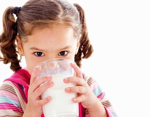 Bổ sung dinh dưỡng từ sữa cho bé chậm tăng cân