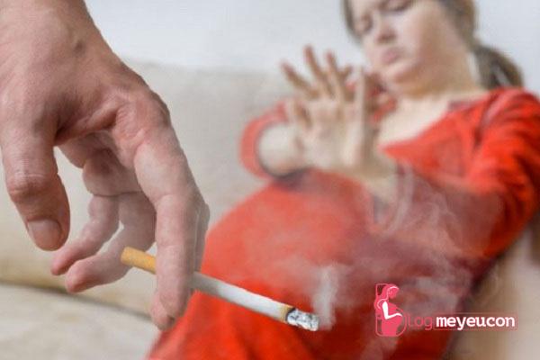 Phụ nữ khi mang thai cần tránh xa với khói thuốc lá