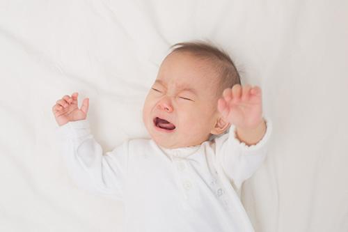 Trẻ thường xuyên khóc đêm là biểu hiện thiếu Canxi