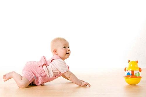 Bé 7 tháng tuổi đã biết với lấy đồ chơi ngoài tầm với