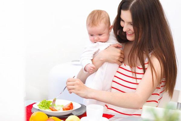 Chế độ ăn ít calo và chất béo sẽ giúp mẹ giảm cân sau sinh