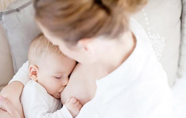 Trẻ sơ sinh được bú mẹ đầy đủ không cần bổ sung thêm canxi
