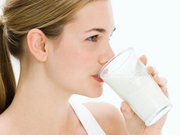 Sau khi massage bầu ngực mẹ nên uống một cốc sữa ấm