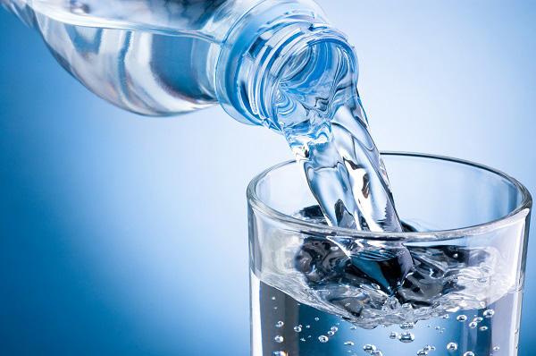 Mẹ cho con bú cần uống đủ 2 – 3 lít nước mỗi ngày