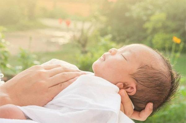 Trẻ sơ sinh nên tắm nắng khi nào