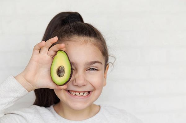 Trẻ ăn bơ rất tốt cho mắt