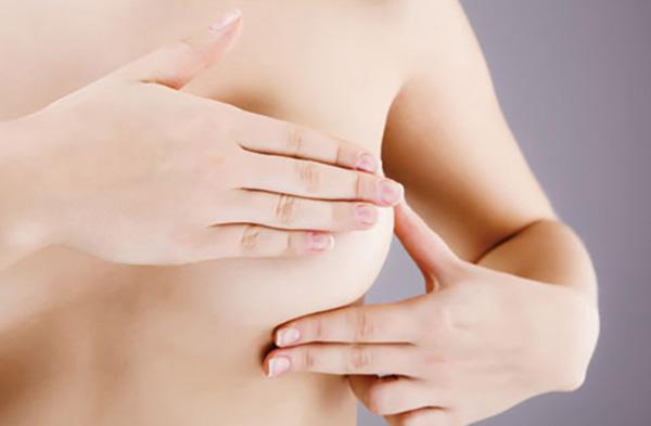 Massage ngực đều đặn giúp kích thích quá trình sản xuất sữa
