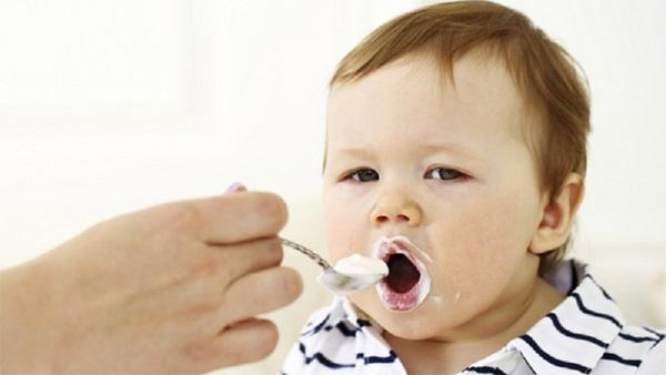 Sữa chua dù tốt nhưng mẹ cũng không nên cho trẻ ăn quá nhiều sữa chua trong ngày