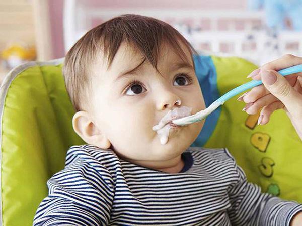 Cho trẻ ăn sữa chua có tốt không?